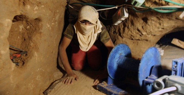 Palestinians Smuggle Goods And Food Through Tunnels From Egypt T